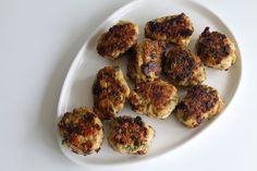Kyllingefrikadeller med feta, spinat og soltørrede tomater
