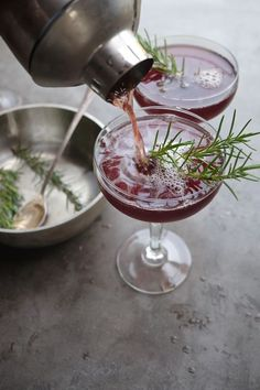 Rosemary simple syrup (rosemary, water, sugar), unsweetened pomegranate juice, and bourbon. Cocktails To Try, Classic Cocktails, Craft Cocktails, Holiday Cocktails, Cocktail Party Food, Party Drinks, Cocktail Drinks, Cocktail Recipes, Liquor Drinks