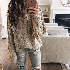 Gros tricot & jeans troués... ou lorsque confort et style se recontrent  #lookdujour #ldj #chunkyknit #knits #knitwear #rippedjeans #cozy #comfy #ootd #outfitinspo #outfitideas #inspiration #style #regram  @somewherelately