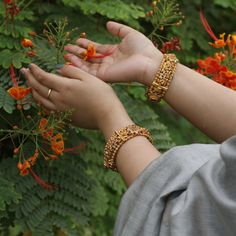 Indian Jewellery Online, Indian Jewelry Sets, Indian Bangles, Gold Bangles Design, Gold Jewellery Design, Antique Jewellery, Gold Jewelry Simple, Simple Necklace, Bridal Accessories