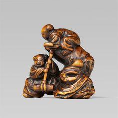 A small boxwood netsuke of Fukurokuju and two karako, by Kashun. Early 19th century, Auktion 1092 Asiatische Kunst I Indien, Südostasien und Japan, Lot 520