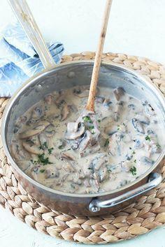Sauce aux champignons facile, rapide. Champignons, échalote, ail, herbes, bouillon. Avec ou sans crème. Pour viandes, poulet, veau, pâtes, légumes, poisson.