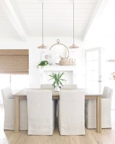 Summer dining is something that a few people are hanging tight for. This is additionally one reason why there are many individuals who are searching for the best summer dining room design thoughts. White Room Decor, All White Room, Coastal Living Rooms, Cottage Living, Coastal Cottage, Beautiful Dining Rooms, House Beautiful, Dining Room Inspiration, Work Inspiration