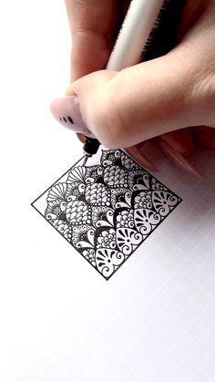 Easy Mandala Drawing, Mandala Art Lesson, Simple Mandala, Doodle Art Drawing, Zentangle Drawings, Cool Art Drawings, Art Drawings Sketches, Zentangles, Mandala Pattern