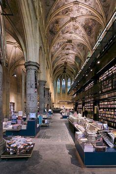 Librería Selexyz Dominicanen en Maastricht: Una antigua iglesia del s. XII transformada en un templo para el libro, nada menos es esta librería ubicada en Maastricht, Holanda