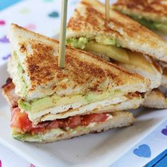 Un sabrosísimo clubhouse al que nadie le puede decir que no.   16 Deliciosas recetas de sándwiches tan fáciles que no te lo vas a creer