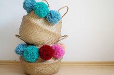 DiY: Pompom Körbe Wunderschöne Seegraskörbe selbst mit Pompoms aufwüschen. Eine Anleitung gibt es hier: http://schwesternliebeundwir.de/koerbe-wollpompons/