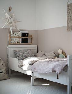 Eigentlich braucht es nicht viel, um ein Kinderzimmer einzurichten: einen Tisch, einen Stuhl, einen Schrank und ein Bett....