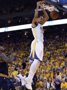 Golden State Warriors guard Shaun Livingston (34) shoots the ball during the fourth quarter against the Cleveland Cavaliers in game one of the NBA Finals at Oracle Arena.  Kyle Terada, USA TODAY Sports