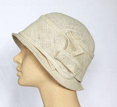 Dieser Damenhut wurde aus reinem Jutestoff in wollweißem Farbton genäht. Die Krempe misst vorn ca. 4cm, seitlich ca.5cm und hinten ca.4cm mit einem Sc