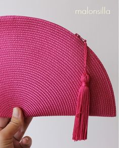 Bolso FUCSIA || Bolso en forma de abanico color rosa fucsia, ¡elige el color de la borla! Diy Bags Easy, Simple Bags, Crochet Beach Bags, Bamboo Weaving, Diy Wallet, Crochet Magazine, Crochet Bracelet, Crochet Handbags, Pom Poms