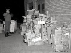 Just Look at All Those Packages … Tribune photo published December 1951 Christmas Photos, White Christmas, Vintage Christmas, Going Postal, December 17, Old Fashioned Christmas, By Train, Stay The Night, Back In The Day