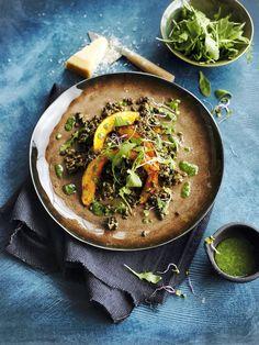 Avecsa courge légèrement sucrée,sa sauce onctueuse aux herbes et ses copeaux de parmesan, cette salade ne vous laissera pas sur votre faim !