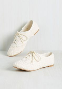 Sign of Things to Fun Flat in Ivory. Good times are guaranteed every time you lace into these Oxford-inspired flats! #white #modcloth