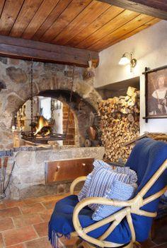 Dominantou světnice je otevřené zaklenuté ohniště, pozůstatek černé kuchyně. Polena hoří na železném roštu, zavěšeném na řetězech.