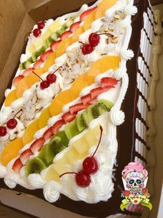 Pastel de tres leches y fruta Tres leches cake with fruit Köstliche Desserts, Healthy Desserts, Delicious Desserts, Yummy Food, Brze Torte, Cake Decorated With Fruit, Fresh Fruit Cake, Fruit Birthday, Tres Leches Cake