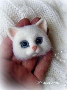 """Купить Белый котик брошь """"Мяу!"""" - белый, котик, котик брошь, кот из шерсти, котоброшь"""