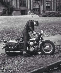 Vintage Motorcycles Greaser leaving high school on his Harley - - Old Pictures, Old Photos, Vintage Photos, Vespa, Greaser Style, 50s Greaser, 1950s Mens Fashion Greaser, Biker Style, Harley Davidson