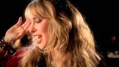 Blackmore's Night - Dancer and the Moon ,,,hej hej hej Aż do świtu La, la, la, la, la, la La, la, la, la, la, la hej hej hej Tańcz przez całą noc Nicsię nie dostanie Między tancerza i księżyc  Podążaj blisko za mną Otocz mnie ramionami Życie jest słodkim, słodkim winem Błyszczącym złotem jak nieopowiedziana historia Te sekrety zaginęły w czasie   Ku biciu serca nocy  Władco losu Jakże mnie urzekłeś Wypełniając mnie jednym pragnieniem dwóch rodzajów W jednym stanie umysłu