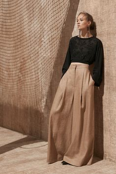 May 2020 - The complete Brunello Cucinelli Spring 2020 Ready-to-Wear fashion show now on Vogue Runway. Vogue Fashion, Fashion 2020, Look Fashion, Spring Fashion, Fashion Show, Fashion Design, Fashion Weeks, Mode Outfits, Fashion Outfits