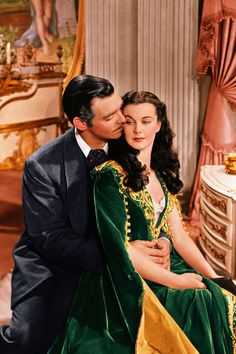 Gone with the Wind: Clark Gable as Rhett Butler and Vivien Leigh as Scarlett O'Hara in the film Gone With the Wind (made in set in Georgia in the Costumes shown are from American civil war period (Southern). Here is the full view of Scarlett's dress. Scarlett O'hara, Vivien Leigh, Hollywood Glamour, Classic Hollywood, Old Hollywood, Rhett Butler, Best Classic Movies, Iconic Movies, Classic Books