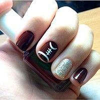 Who says football is only for the guys? We can grunt like the best of them and still keep it cute and classy with a sporty mani. Though the Super Bowl is all about the pig skin, there's always time for some really fun nail art and we've got a few for you to try. Whether you're rooting for the Broncos or the Seahawks or you're just looking to be a part of the festivities, try these super cute football inspired naildesigns to get you in the spirit. Photo Credit: Pinterest   Photo Credit…