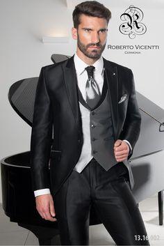 Roverto Vicenti, traje novio, nudo corbatín y bisel de escote de chaleco al tono.