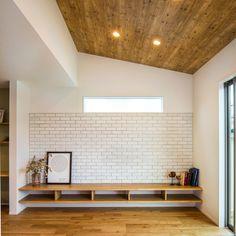 岡崎市にて完成現場見学会を開催いたします! 『OPEN HOUSE』 ■日程 : 10/2(MON),10/3(TUE) ■時間 : 10:00〜20:00 ブラックのタイルをメインに木目調と白い塗り壁が上品なファサードのお住まい。 勾配天井が開放的なリビングには、シンプルながらも存在感のある白のブリックタイルを使い、カフェ風インテリアに。 また、キッチンの腰壁には黒板クロスで色味にアクセントと遊び心をプラスしました。 ※こちらのお住まいのご見学は完全予約制とさせていただきます。ご見学はご希望のお客様は下記までお電話いただくか、クラシスホーム豊田店までお越しください。 【お問い合わせ】 TEL:0565-42-7296 クラシスホーム豊田店 Tv Wall Decor, Room Decor, Bench Designs, Wood Wallpaper, Built In Bench, Wood Ceilings, House Layouts, Interior Design Living Room, House Design