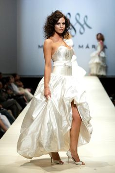 Makny Mrta Fashion Show Fashion Show, Fashion Outfits, Womens Fashion, Current Fashion Trends, One Shoulder Wedding Dress, High Low, Wedding Dresses, Lady, Clothes