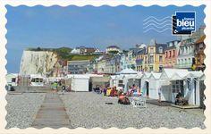 La plage de galets de Mers-les-Bains, dans la Somme (80), qui dispose d'une partie ensablée à marée basse, se situe au sud de la baie de Somme, face au Tréport. Retrouvez toutes les cartes postales de l'été sur France Bleu : http://www.francebleu.fr/infos/les-cartes-postales-de-l-ete-de-francebleu-fr-758510