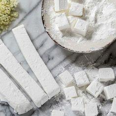 Het recept voor deze vlierbloesem marshmallows staat vandaag online! Zie Recipes With Marshmallows, Elderflower, Edible Flowers, Candy Recipes, Macarons, Fudge, Camembert Cheese, A Food, Snacks