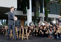Mantan bintang sepakbola Inggris David Beckham memegang bola di konferensi pers ketika ia mengumumkan akan membeli tim ekspansi Major League Soccer - MLS di Miami. (5 Februari 2014)