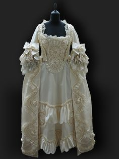 Robe à la Francaise about 1760. Historical Costumes - our Reproductions. Reine des Centfeuilles - Historical Costumes and Vintage Textiles.