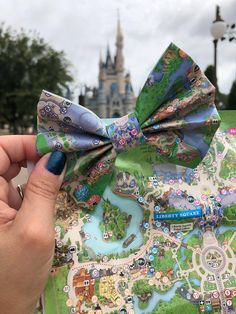 Who wouldnt want to wear a little piece of Disney with them where ever they go? With these fabulous Disney Theme Park Map Hair Bows, you can carry a Disney Ears Headband, Disney Hair Bows, Diy Disney Ears, Disney Headbands, Disney Mickey Ears, Disney Babies, Disney Girls, Disney Park Maps, Disney Theme