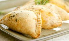 Pastel de forno com recheio de queijo branco e salame