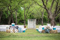 Loving this chic country ceremony setup from today's real wedding! See more on the blog today shot by @brandimccombphotography! // See this post on Instagram: http://ift.tt/2kCsX7V