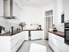 Are you looking for best modern kitchen designs? Here are 130 latest modern kitchen design ideas. Great example of modern kitchen remodel and decoration cata. White Kitchen Interior, Home Interior, Interior Design Kitchen, Scandinavian Interior Design, Scandinavian Kitchen, Voxtorp Ikea, White Apartment, Cocinas Kitchen, Ideas Hogar