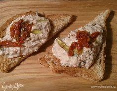 Паштет из тунца и творожного сыра. Ингредиенты: тунец консервированный, творожный сыр, помидоры вяленые