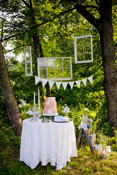 Love how they staged the cake table! Cute.