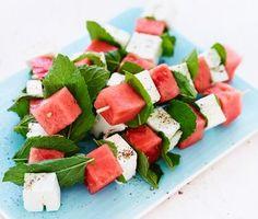 Frukt och ost passar bra ihop! Här som små spett av vattenmelon, mynta och feta. Perfekt plockmat eller tilltugg vid sidan av en god bål. Också som fruktigt tillbehör till grillat kött och kryddkorv. Vegetarian Recipes, Cooking Recipes, Healthy Recipes, Tapas, Brunch, Def Not, Snacks Für Party, Summer Recipes, Finger Foods