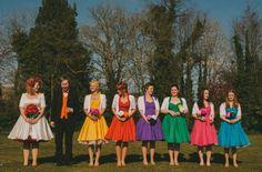 Madrinhas coloridas e noiva de poás