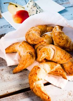 Täytetyt pikacroissantit, resepti – Ruoka.fi Croissant, Shrimp, Meat, Anna, Crescent Roll, Crescent Rolls