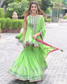 Kriti Sanon is twirling in sheer happiness as she promotes her upcoming movie Arjun Patiala. Sharara Designs, Kurti Designs Party Wear, Lehenga Designs, Sarara Dress, Lehnga Dress, Simple Pakistani Dresses, Pakistani Wedding Outfits, Casual Day Dresses, Simple Dresses
