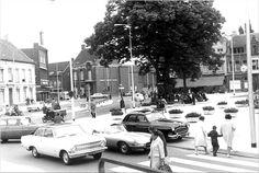 De Heuvel halverwege 1964 na een reconstructie. Op de achtergrond het gehalveerde huis tussen de Damsstraat en de Koninging Julianastraat. Het zebrapad en de taxistandplaats liggen in de Tuinstraat.