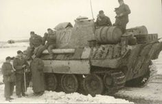 The crew of a Panther Ausf A pauses to take a photo while speaking with some ground troops in harsh winter conditions Panzer Iii, Ww2 Pictures, Military Pictures, German Soldiers Ww2, German Army, Mg 34, Luftwaffe, Soviet Army, Tiger Tank