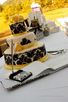 Yellow and Black Wedding Hufflepuff (like the idea of a sign in/gift/cake table. Saves for space if necessary)