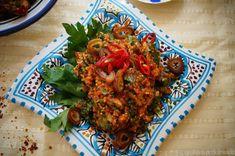 glutenfreier Kisir aus Quinoa mit Datteln - nach türkischem Originalrezept Quinoa Salat, Tandoori Chicken, Rice, Ethnic Recipes, Food, Vegan Main Dishes, Vegan Meals, Turkish Recipes, Vegan Dishes