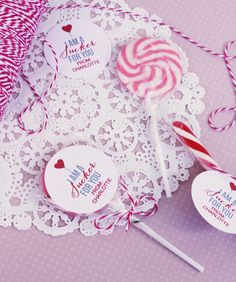 Valentines - Valentine card & gift ideas - DIY Valentine's Day Free Printable Treat Sucker Toppers - #valentines #valentinesSuckerB