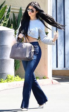 Kylie Jenner totally turned heads in high-rise flared jeans, a cool crop top and badass modernized aviators! (Top For Teens Jeans) Kylie Jenner Jeans, Kylie Jenner Outfits, Kendall Y Kylie Jenner, Jenner Girls, Kylie Jenner Style, Kylie Jenner Long Hair, Kylie Jenner Haircut, Kyle Jenner, Estilo Rock