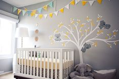 kinderzimmer babyzimmer hellgraue wandfarbe deko koalas gelbe akzente